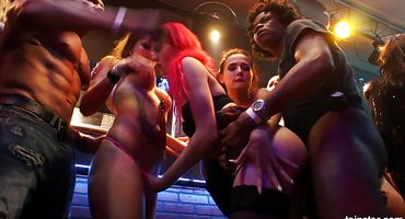 В клубе свингеры меняются женами и круто ебутся