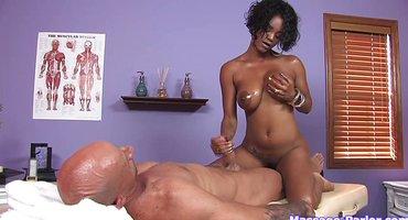 Негритянка на массаже ласкает сиськами толстый хер клиента