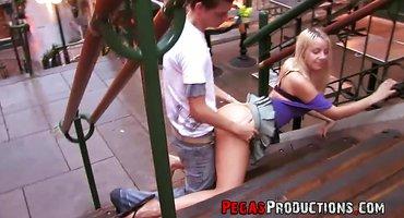 Студент на лавочке на улице имеет худую блондинку