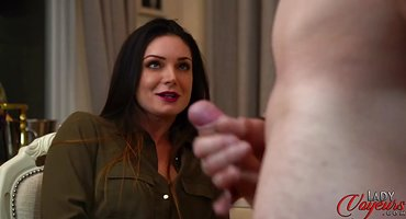 Брюнетка смотрит, как сосед мастурбирует перед ней хуец