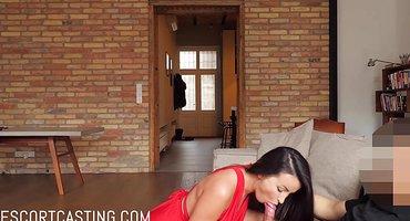 Брюнетка снимается в любительском секс-видео с футболистом