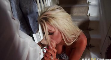 Замужняя милфа за спиной супруга трахается с хуястым соседом