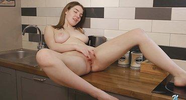 Студентка полирует пальцами нежное розовое влагалище