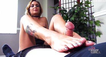 Блондинка подрочила клиентку ногами небольшой писюн