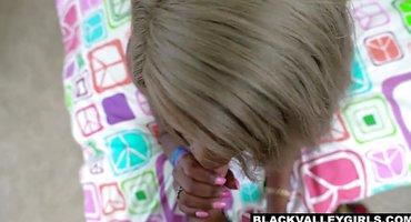 Белый отодрал негритянку на кровати здоровым шлангом