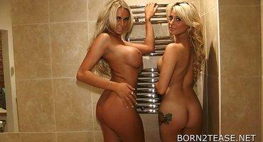 Две загорелые развратницы готовы к ласкам в сауне