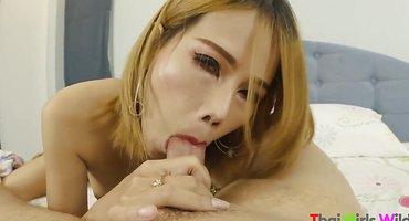Худая кореянка опустилась на твердый хрен узкой вагиной