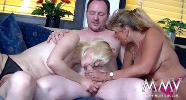 Мужик напился и выебал на диване двух зрелых подруг