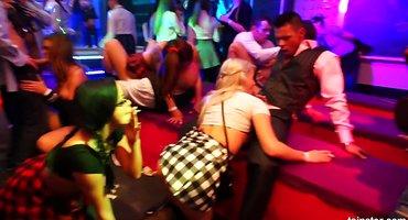 Бисексуальная оргия в клубе приносит девахам кончу