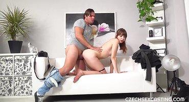 Мужик грубо вскрывает половую щель дочки соседа толстым хером