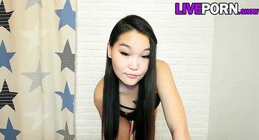 Девушка из Азии перед вебкой готова соснуть дилдо