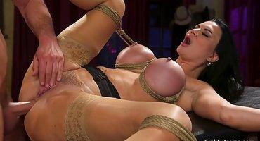 Связанная женщина готова ебаться в анус с хозяином