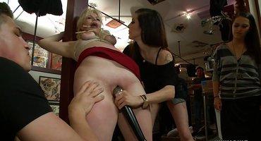 Хозяин публично трахает в анал стройную блонду