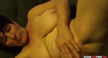 Зрелая милфа дрочит пальчиками теплую пиздушку