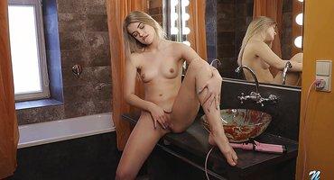Блонда на трюмо дрочит пальцами глубокую щель