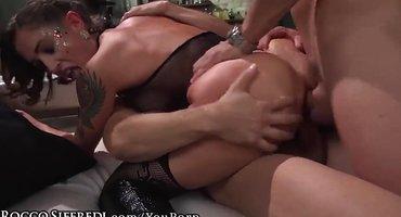 Парни отымели двойным проникновением жопастую красотку в групповом порно
