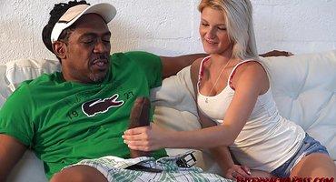 Молодая блондинка отсасывает огромный черный член и ебется раком с негром