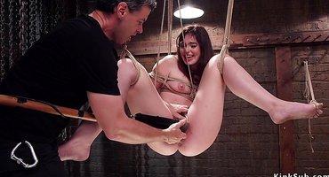 Связанная девка принимает в пизде толстый хер