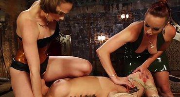Три лесбиянки наслаждаются крупными страпонами в постели