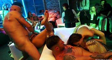 Жесткие свингеры в клубе ебут пьяных девушек