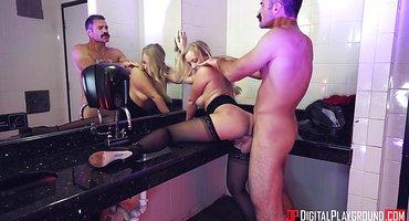 Усатый коп в туалете бара ебет пьяную блондинку