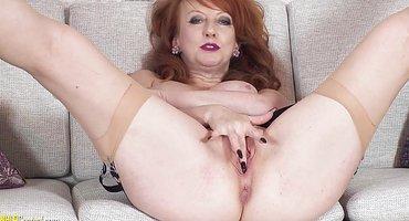 Рыжая бабка дрочит на диване старую пиздень