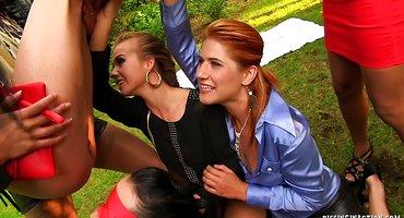 Лесбиянки на природе красиво лижут теплые пилотки