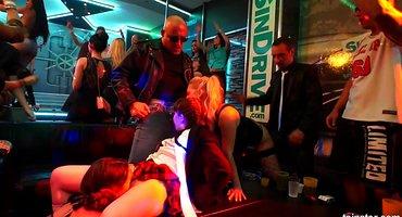 Студентки в ночном клубе отлизали потные пилотки