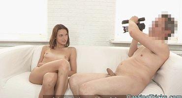 Седой продюсер растягивает вагину актрисы перед камерой