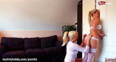Две блондинки полизали мягкие писечки язычками