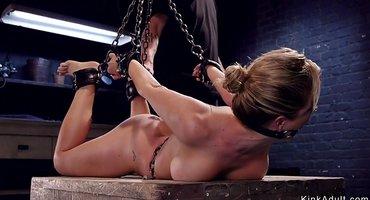 Господин приковывает к цепям пышную зрелую рабу