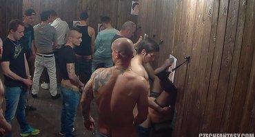 Парни в публичном доме чешек трахают через стену