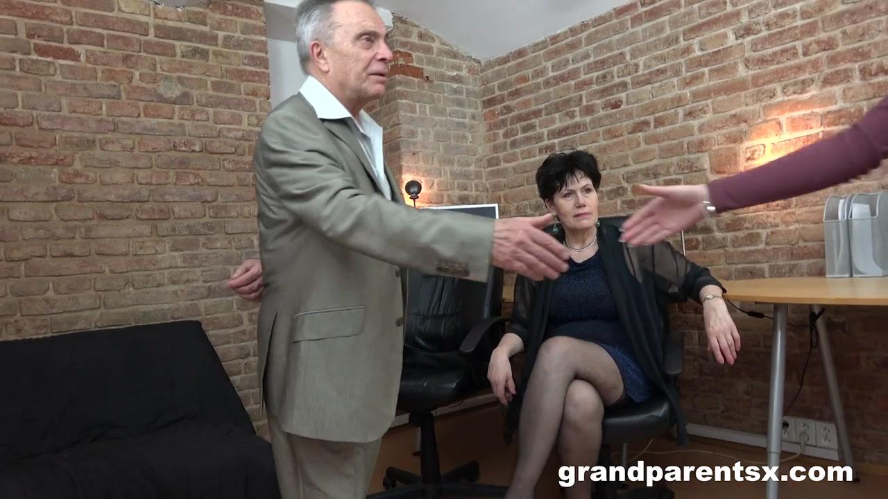Парень трахает раком в кровати зрелую женщину и кормит ее липким спермачком