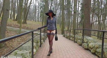 Девушка без трусиков в парке делает пикантное порево