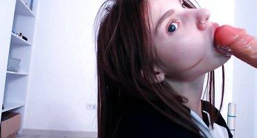 Длинноволосая студентка на вебку сосет резиновый член