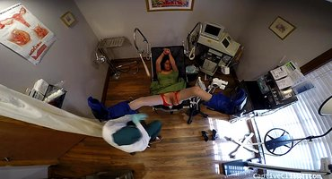 Гинеколог тщательно осматривает розовую пизденку пациентки