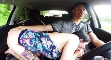 Супружеской парочке понравилась ебля в машине