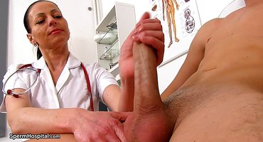 Зрелая медсестра помогает пациенту мастурбировать на осмотре шланг