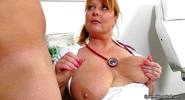Медсестра помогла пациенту на осмотре подрочить вставший пенис