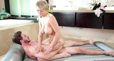 Женщина делает секс массаж бородатому пацану