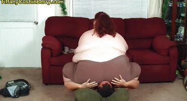 Толстая тетка садится жопой на лицо худого парня