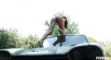 Худая девушка позирует без трусиков на улице