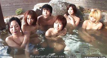 Китайским мужчинам в сауне перепала ебля с японками