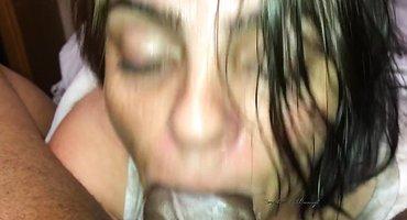 Женщина сосет и давится огромным черным хером