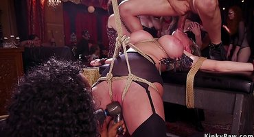 Голые девки перед публикой ласкают мужские дубины
