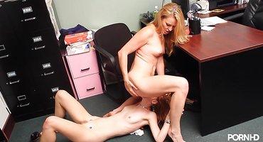Две рыжие подружки делают куни на работе