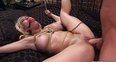 Господин непослушную рабу привязал и выебал в жопу