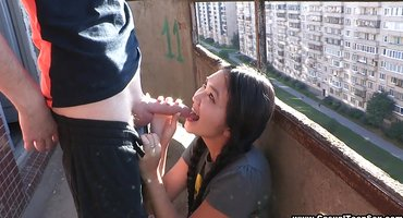 Русский ебет казашку небольшим членом на балконе