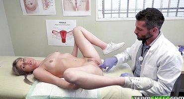 Врач трахнул пациентку и накончал ей в писюлю