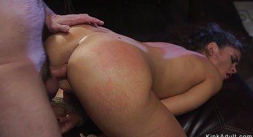 Хозяин пошлой рабыне вставляет руку в задницу